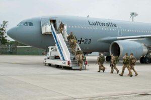 Bundeswehrsoldaten auf dem Weg nach Afghanistan