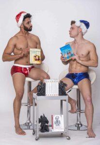 """Unsere schwulen Weihnachtsbengel präsentieren den schwulen Erotik-Krimi """"Leinen Los vor Mykonos"""" von Marc Förster."""