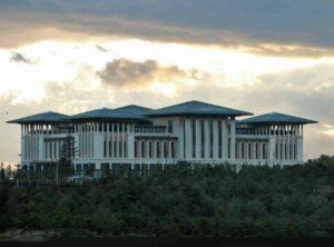 Der türkische Präsidentenpalast Ak Saray, Foto Ex13, wikimedia. Von hier stammt türkisches Blut mit einem Geschmack nach Ziege.