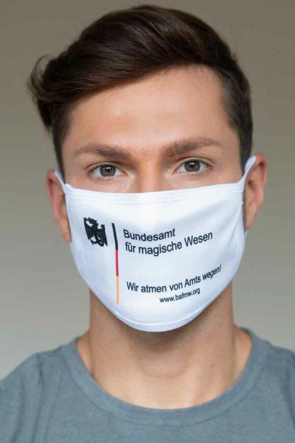 """Mund-Nasen-Schutz """"Wir atmen von Amts wegen!"""" in weiß (Foto: Barbara Frommann)"""