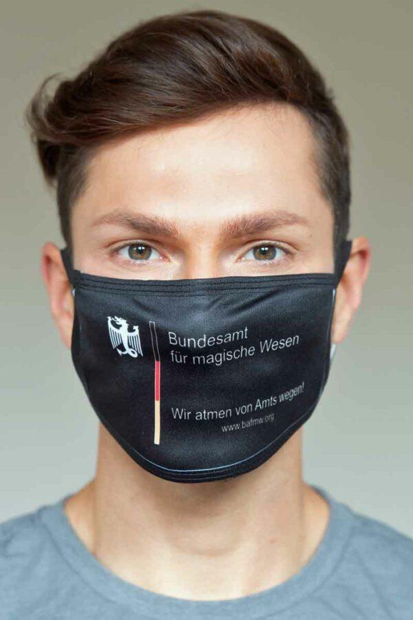 """Mund-Nasen-Schutz """"Wir atmen von Amts wegen!"""" in schwarz (Foto: Barbara Frommann)"""