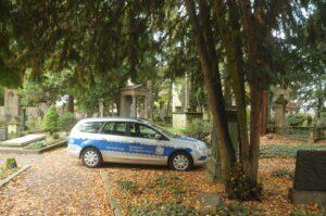 Zu Halloween kontrolliert das BAfmW immer im Auftrag der Stadt Bonn, ob an und in den Gräbern auf dem Alten Friedhof in Bonn alles ruhig ist. (Foto: Bundesamt für magische Wesen)