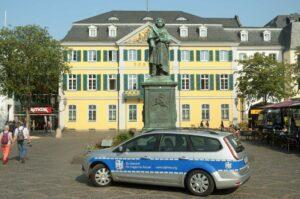 Der Dienstwagen des Bundesamtes für magische Wesen vor dem Denkmal Ludwig van Beethoven in der Stauhauptstadt Bonn Foto: Bundesamt für magische Wesen
