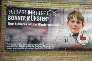 """Bonner Münsterruine mit Kind - Gern schickt die Kirche Kinder vor. In der Enzyklika """"Ecclesiaexit"""" bezieht Präsident Dräcker Stellung. (Foto: Bundesamt für magische Wesen)"""