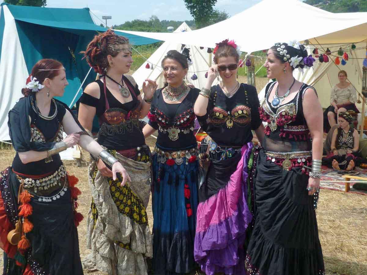 Einige hexisch gekleidete Frauen, darunter Carmilla DeWinter, im Gespräch. Man trifft sie nicht selten auf Mittelaltermärkten. (Foto: Carmilla DeWinter)