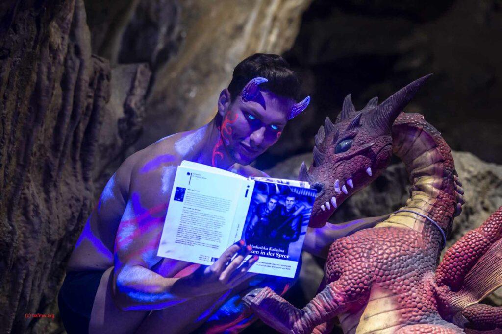 """Dr. Legion beim gemeinsamen Aktenstudium in der Hölle Home Office zum Vorgang """"Kraken in der Spree"""" mit Hausdrache Möbius. (Foto: Barbara Frommann)"""