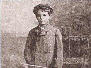 Der junge Edmund F. Dräcker. Wer konnte ahnen, dass aus ihm einmal der Präsident des Bundesamtes für magische Wesen werden sollte? Aber schon damals zeugte der stählerne und selbstbewußte Blick dafür, dass ihm Großes bestimmt war!