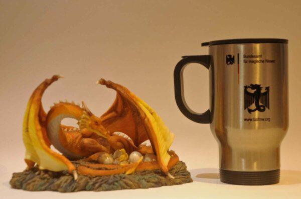 """Thermobecher """"Drachenei-Inkubator"""" mit amtlicher Zulassung für Dracheneier, Kaffee, Met und Tee. (Foto: Bundesamt für magische Wesen)"""