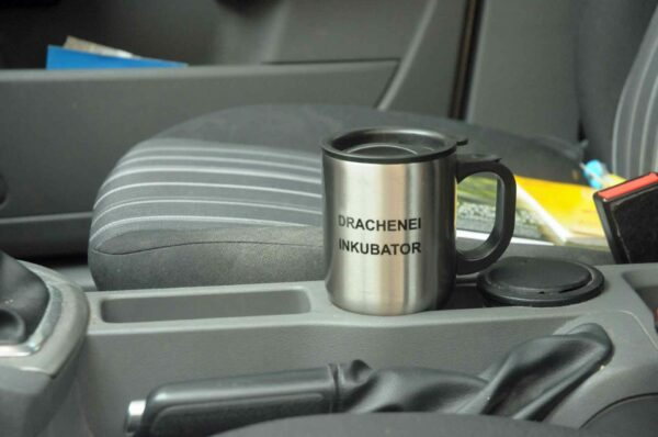 Der Drachenei-Inkubator paßt in die Tassenhalterung des BAfmW-Dienstwagens. (Foto: Bundesamt für magische Wesen)