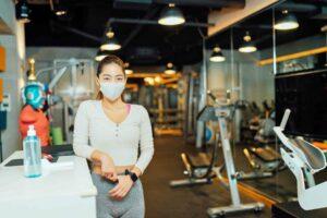 Fitnesstempel-Besitzerin mit Hygienekonzept