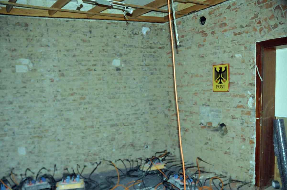 Bei Renovierungsarbeiten im ehemaligen Postamt von Graurheindorf entdeckt. Ein Anschluß an das Flohnetzwerk. (Foto: Bundesamt für magische Wesen)