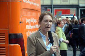 """Hiltrud von Beverfoerde bei der """"Demo für Alle"""" auf. Sie ist aber nicht mit Dolores Umbridge verwandt. (Foto: Bundesamt für magische Wesen)"""