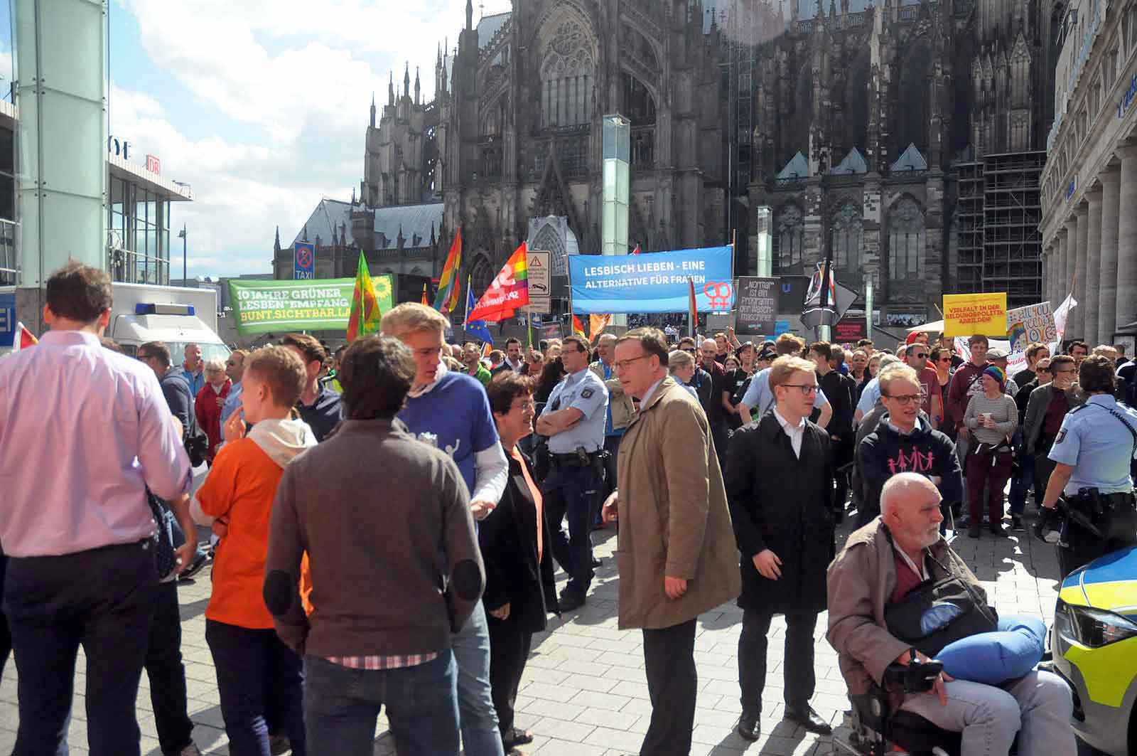 Einer der wenigen Demo Für Alle Aktivisten im Gespräch. (Foto: Bundesamt für magische Wesen)