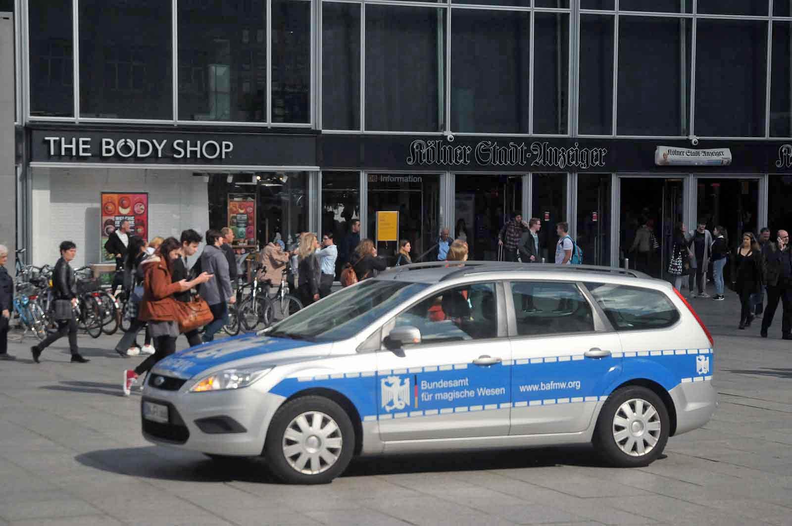 Der leicht identifizierbare BAfmW-Dienstwaen bei der Gegen-Demo für Alle. (Foto: Bundesamt für magische Wesen)