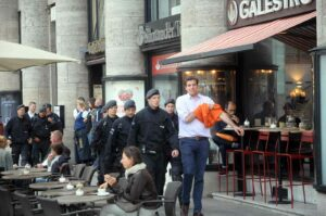 Starke Polizeikräfte begleiten Kevin X. (Demo für Alle), als er mal pullern mußte. (Foto: Bundesamt für magische Wesen)