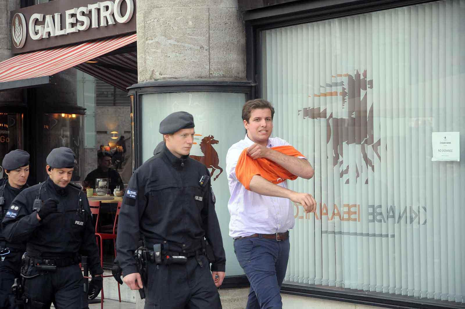 Starke Polizeikräfte begleiten Kevin X., als er mal pullern mußte. (Foto: Bundesamt für magische Wesen)