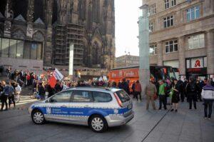 """Der BAfmW-Dienstwagen bei der Gegendemo zur """"Demo für Alle"""" in Köln. (Foto: Bundesamt für magische Wesen)"""