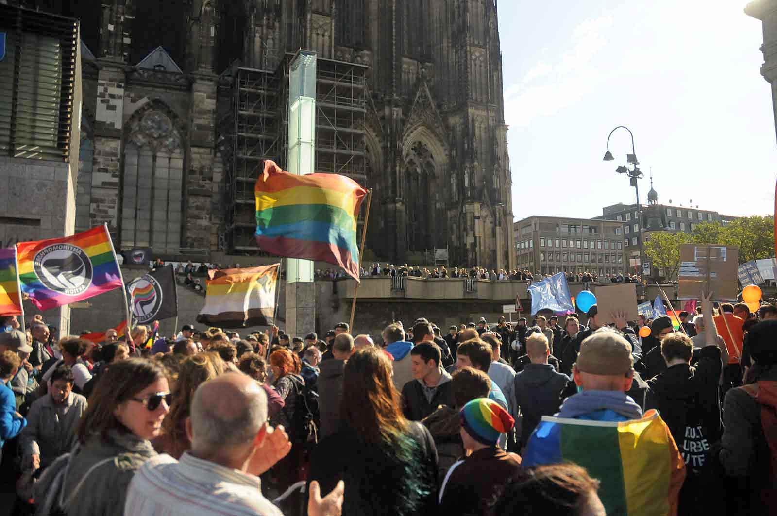 """Der """"Demo für Alle"""" standen zahlreiche Gegendemonstranten aus der Kölner Schwulen- und Lesbenszene sowie verschiedener Parteien gegenüber. (Foto: Bundesamt für magische Wesen)"""