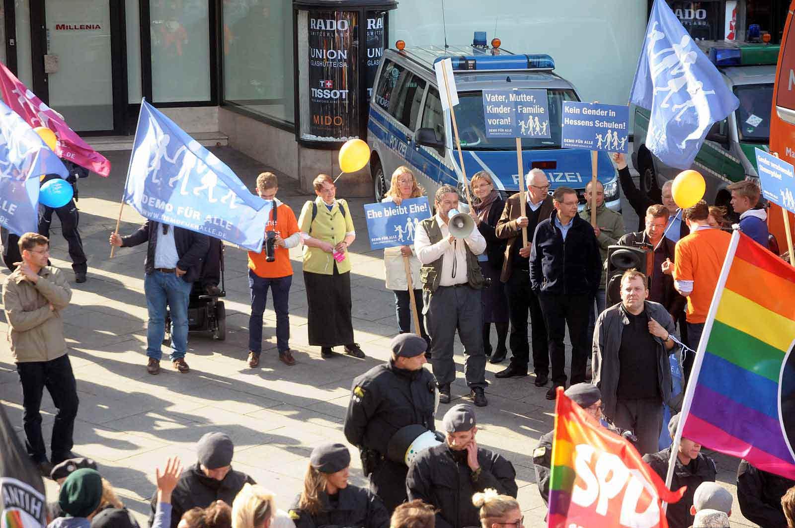 """Das politische Christentum ist recht überschaubar, es sind nur wenige Demonstranten, die dem Aufruf der """"Demo für alle"""" folgten. Foto: Bundesamt für magische Wesen)"""