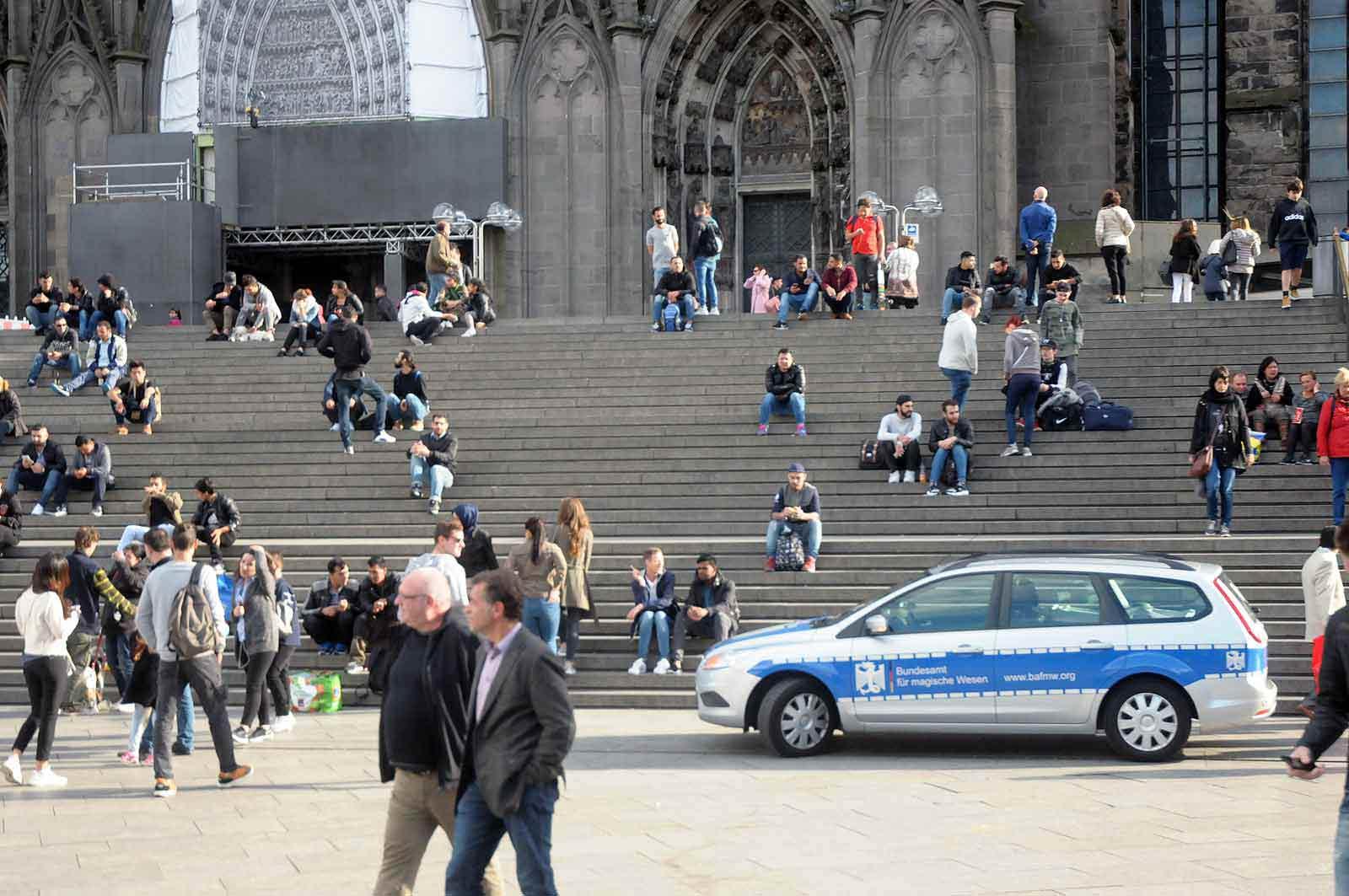 Der BAfmW-Dienstwagen vor dem Kölner Dom (Foto: Bundesamt für magische Wesen)