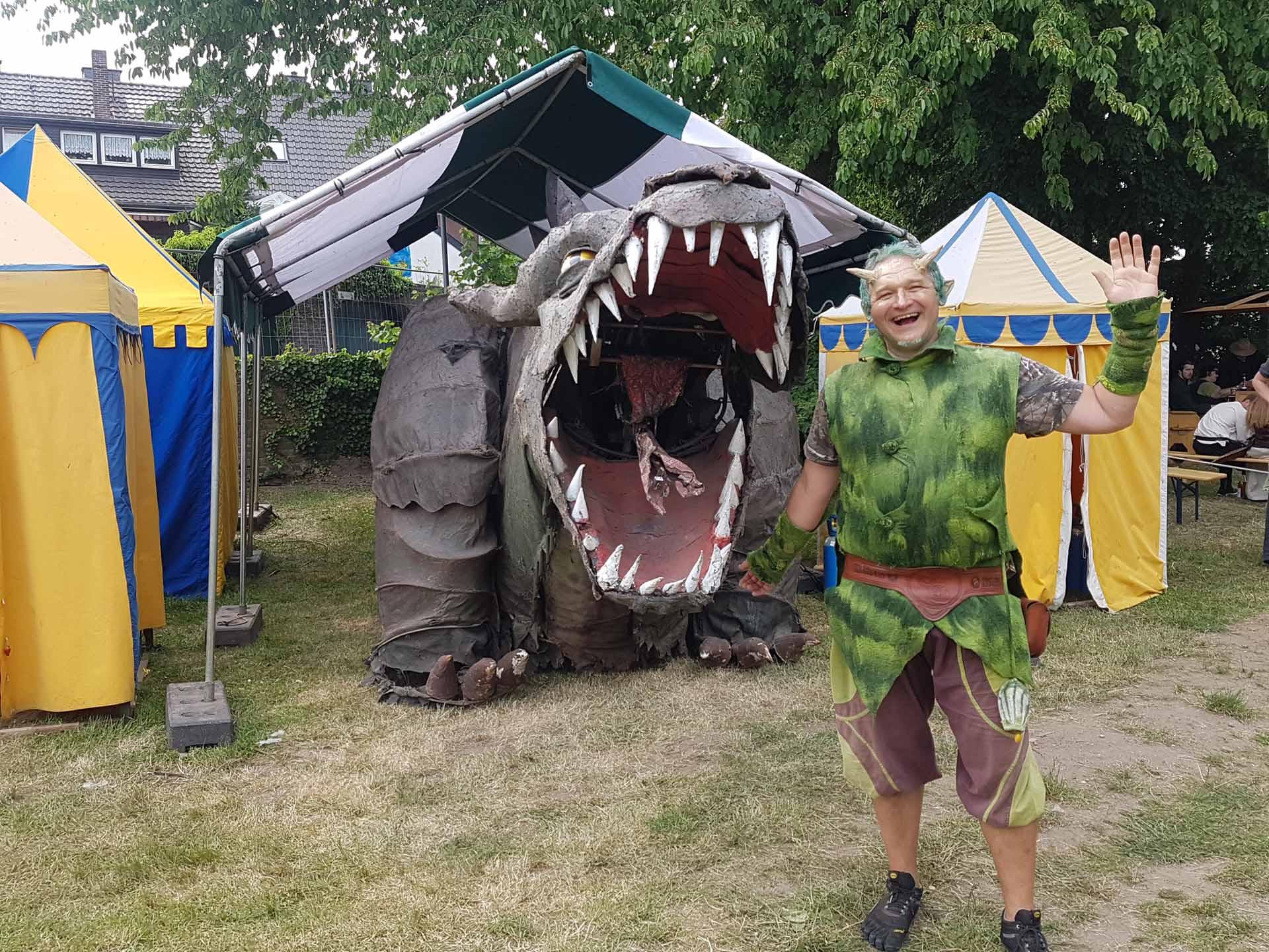 Herr Blüterich mit dem Drachen Fangdorn beim 16. Siegfriedspektakel in Xanten (Foto: Julia Ostrau)