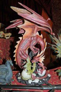 Stunde der Drachen: Drachenzählung 2017: Drachenmutter mit Gelege und schlüpfenden Jungdrachen (c) Bundesamt für magische Wesen
