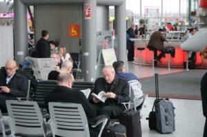Begegnung mit Joachim Kardinal Meisner, einem mutmaßlichen Vertreter des organisierten religiösen Verbrechens, in der Abflughalle des Kölner Adenauer-Airports (Foto: Bundesamt für magische Wesen)