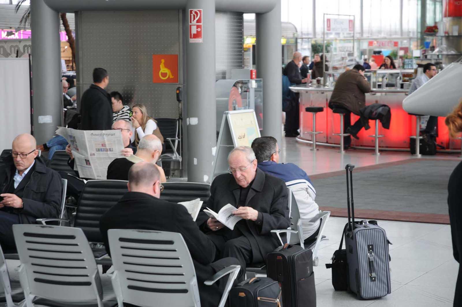 Joachim Kardinal Meisner in der Abflughalle des Kölner Adenauer-Airports (Foto: Bundesamt für magische Wesen)
