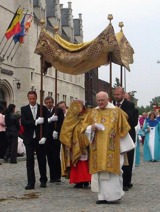 Kardinal Daneels mit dem Allerheiligsten bei einer Fronleichnamsprozession in Mechelen Quelle: Wikipedia