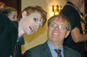 Edmund F. Dräcker (rechts) mit einem BAfmW-Mitarbeiter (Foto: Bundesamt für magische Wesen)