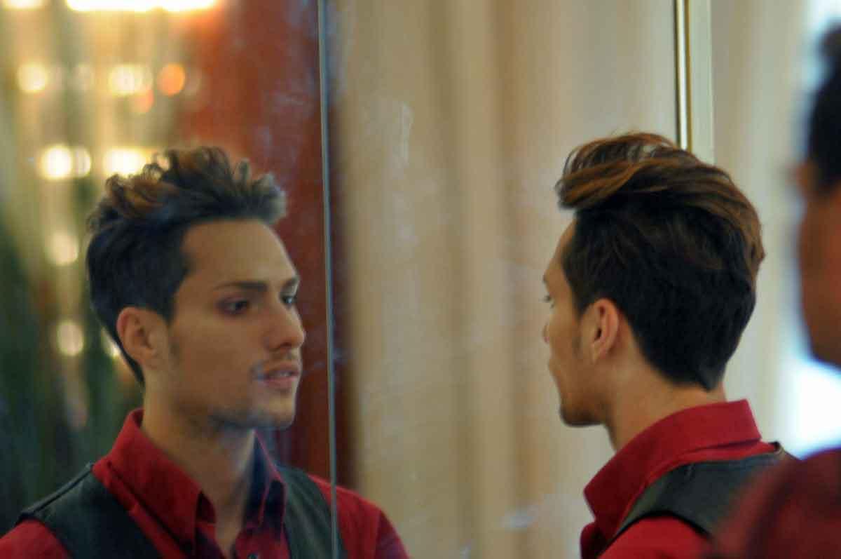 Vampir beim Coming-Out vor dem Spiegel