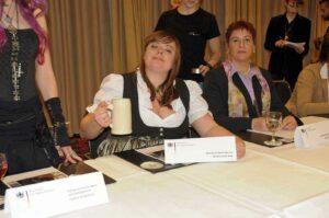 Marina Lötschert als Ministerialrätin Geier Wally, Vertreterin der Bayerischen Staatsregierung in der G8-Konferenz der magischen Reiche
