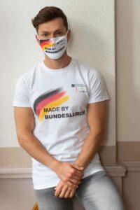 """Die Bundeslurch-Maske und das Shirt """"Made by Bundeslurch"""" mit Webadresse des BAfmW."""