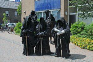 Die früheren Nazghul-Reiter*innen treten nunmehr als das Tolkien Burka Ballett auf und touren durch Deutschland. (Foto: Bundesamt für magische Wesen)