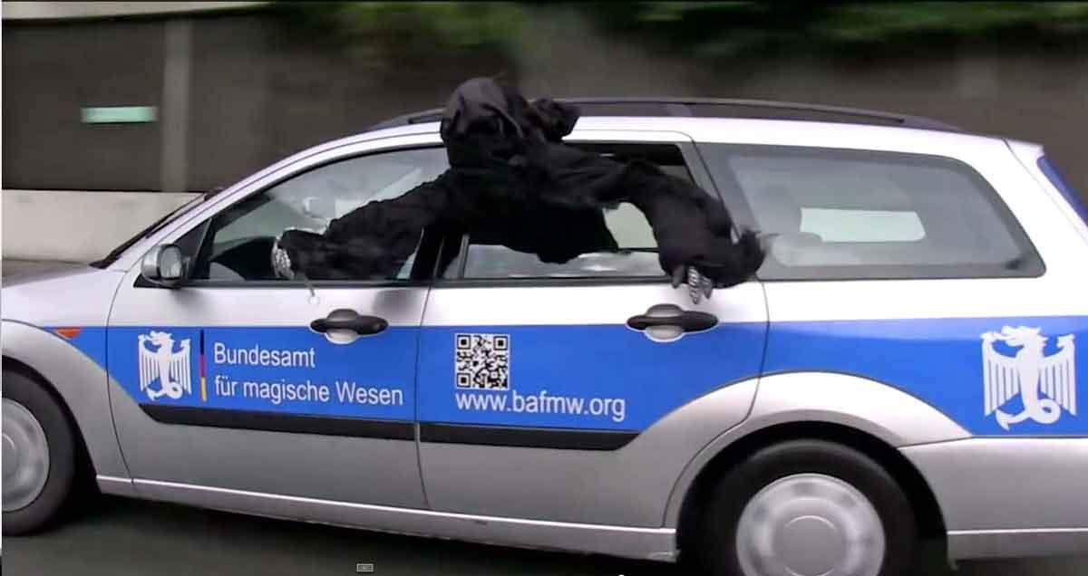 Nazgûl-Reiter im BAfmW-Dienstwagen (Foto: Bundesamt für magische Wesen)