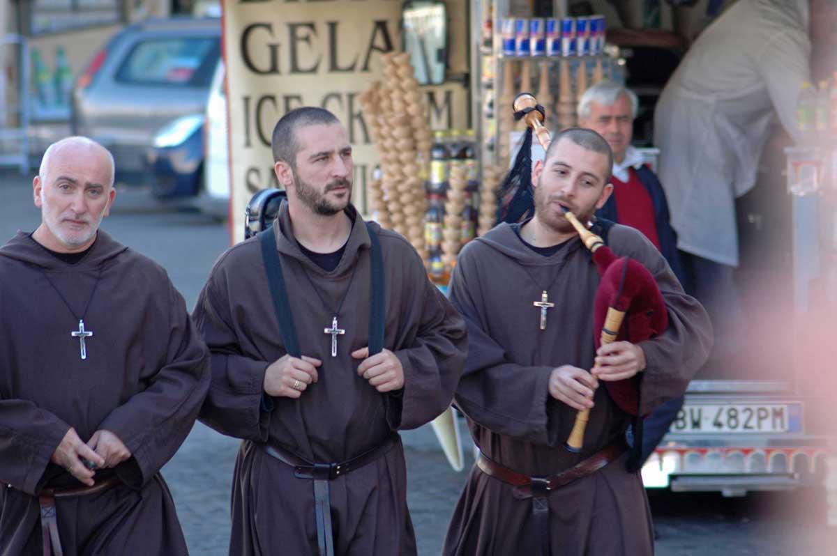"""Die Papst-Groupies, Mitglieder der KG """"Fidele Apöstelsche zu Rom e.V."""" sieht man häufig zu Fronleichnam (Foto: Bundesamt für magische Wesen)"""