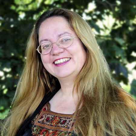 """Patricia Briggs, Jahrgang 1965, wuchs in Montana auf und interessiert sich seit ihrer Kindheit für Phantastisches. So studierte sie neben Geschichte auch Deutsch, denn ihre große Liebe gilt Burgen und Märchen. Neben erfolgreichen und preisgekrönten Fantasy-Romanen wie """"Drachenzauber"""" widmet sie sich ihrer Mystery-Saga um Mercy Thompson. Nach mehreren Umzügen lebt die Autorin heute gemeinsam mit ihrem Mann, drei Kindern und zahlreichen Haustieren in Washington State."""