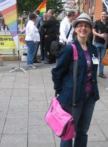 Carmilla DeWinter im verdeckten Einsatz mit Ektoplasma-Detektor in Stuttgart