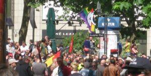 Pegida Stuttgart, eingekreist von Gegendemonstranten (Foto: Carmilla DeWinter)