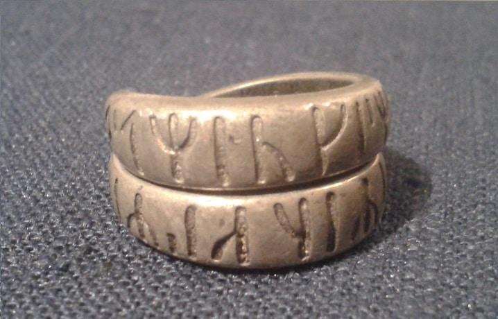 Ring mit gut erkennbarer Runeninschrift: Illegaler Liebeszauber (Foto: Carmilla DeWinter)