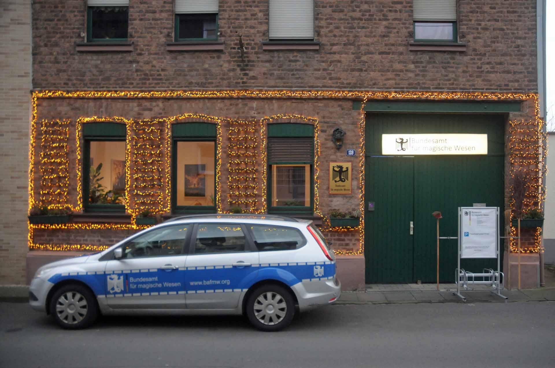 Das weihnachtlich dekorierte Bundesamt für magische Wesen in Bonn